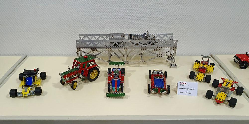Fahrzeuge und Brücke
